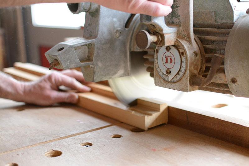 Kreissäge im Einsatz im Handwerk. Der Schleifdienst Sprengel hält Kreissägen instand.